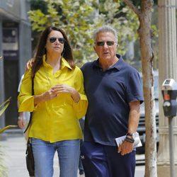 Dustin Hoffman y Lisa Gottsegen dan un paseo