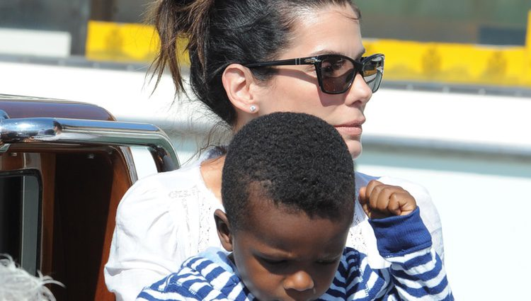 Sandra Bullock y su hijo a su llegada a la Mostra de Venecia 2013