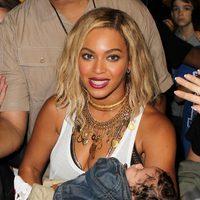 Beyoncé con un bebé durante el rodaje de 'XO' en Coney Island
