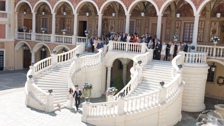 Foto oficial de la boda de Andrea Casiraghi y Tatiana Santo Domingo con los invitados