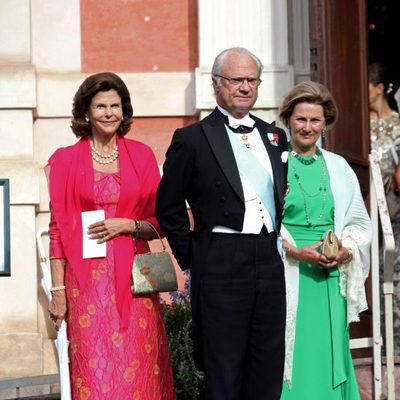 Los Reyes de Suecia y la Reina de Noruega en la boda de Gustaf Magnusson y Vicky Andren