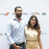 Rubén Cortada y Adriana Ugarte en la presentación de 'El Tiempo entre Costuras' en el FesTVal de Vitoria 2013