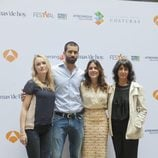 El reparto de 'El Tiempo entre Costuras' en su presentación en el FesTVal de Vitoria 2013