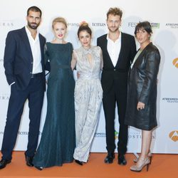 El reparto de 'El Tiempo entre Costuras' en su estreno en el FesTVal de Vitoria 2013