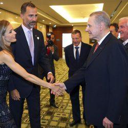 Los Príncipes Felipe y Letizia saludan Jacques Rogge en la gala inaugural del 125 congreso del COI en Buenos Aires