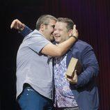 Florentino Fernández y Chicote se abrazan en la clausura del FesTVal de Vitoria 2013