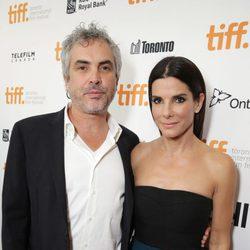 Alfonso Cuarón y Sandra Bullock en el estreno de 'Gravity' en el Festival Internacional de Cine de Toronto 2013