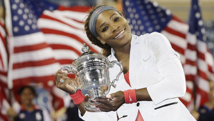 Serena Williams con el trofeo del US Open de tenis femenino
