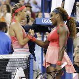 Serena Williams y Victoria Azarenka saludándose antes del partido