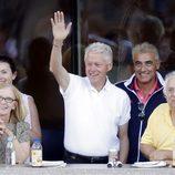 El expresidente Bill Clinto saludando desde las gradas del US Open de tenis femenino