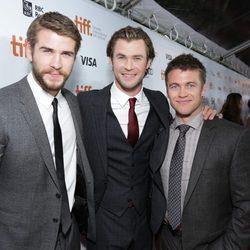 Liam Hemsworth, Chris Hemsworth y Luke Hemsworth en el estreno de 'Rush' en el Festival Internacional de Toronto 2013