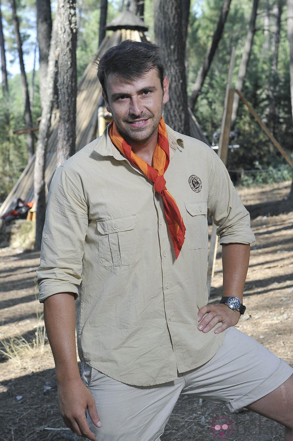 José Manuel Montalvo posando como explorador de 'Campamento de verano'