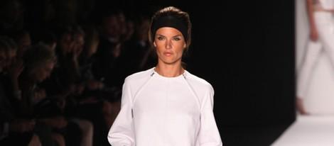 Alessandra Ambrosio desfilando para KaufmanFranco primavera/verano 2014  de la Semana de la Moda de Nueva York