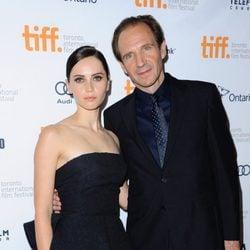 Felicity Jones y Ralph Fiennes en el estreno de 'The Invisible Woman' en el Festival Internacional de Cine de Toronto 2013