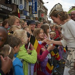 Matilde de Bélgica saluda a unos niños en Wavre
