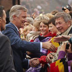 Felipe de Bélgica saluda a unos ciudadanos en Wavre