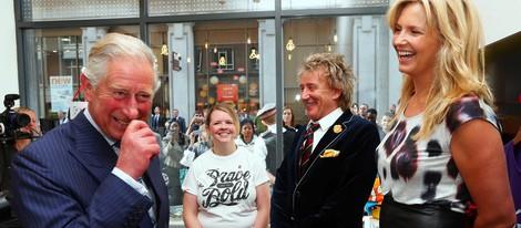 El Príncipe Carlos, Rod Stewart y Penny Lancaster en la inauguración de la tienda Tomorrow's Store