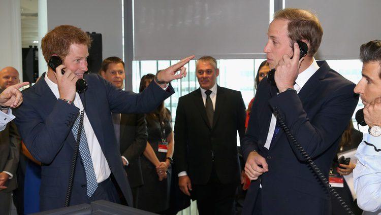 Los Príncipes Guillermo y Harry cogen llamadas en el BGC Charity Day