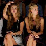 Nina Agdal y Paris hilton en el desfile primavera/verano 2014 de Betsey Johnson en la Semana de la Moda de Nueva York