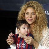Shakira y Milan Piqué animando a Gerard Piqué en el Barcelona-Sevilla