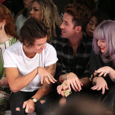 Harry Styles bromeando con Kelly Osbourne en la London Fashion Week 2013