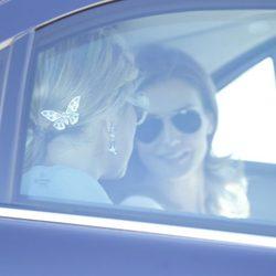 La Princesa Letizia y Máxima de Holanda charlan en un coche de camino a Zarzuela