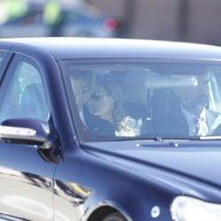 El Príncipe Felipe lleva en coche a la Princesa Letizia y a los Reyes de Holanda a Zarzuela