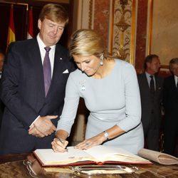 Guillermo Alejandro y Máxima de Holanda firman en el Congreso de los Diputados