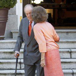 La Reina Sofía besa el Rey Juan Carlos antes de recibir a los Reyes de Holanda