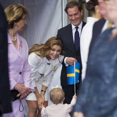 Magdalena de Suecia y Chris O'Neill, atentos a la Princesa Estela en el Jubileo del Rey de Suecia