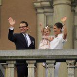 Victoria y Daniel de Suecia y la Princesa Estela saludan en el Jubileo del Rey Carlos Gustavo de Suecia