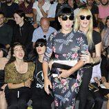 Rossy de Palma y Topacio Fresh en el desfile primavera/verano 2014 de Carlos Díez y María Escoté en Madrid Fashion Week