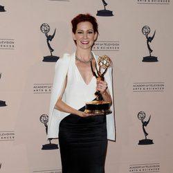 Carrie Preston posa con su galardón en los Emmy Creativos 2013
