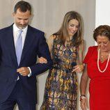 Los Príncipes de Asturias cogidos del brazo junto a Rita Barberá en un acto