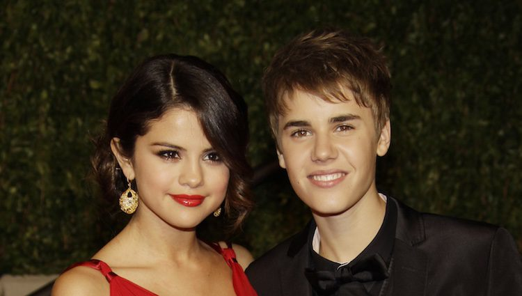 Justin Bieber y Selena Gomez confirman su noviazgo en una fiesta tras los Oscar 2011