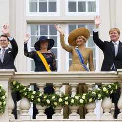 Los Reyes de Holanda saludan junto a los Príncipes Constantino y Laurentien en la apertura del Parlamento