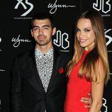 Joe Jonas y Blanda Eggenschwiler en la fiesta del 21 cumpleaños de Nick Jonas en Las Vegas