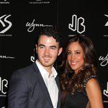 Kevin Jonas y su mujer Danielle en la fiesta del 21 cumpleaños de Nick Jonas en Las Vegas