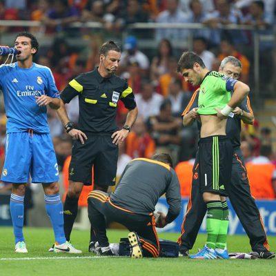Iker Casillas siendo atendido por los médicos del Real Madrid tras su choque con Ramos