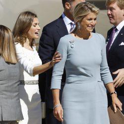 La Princesa Letizia toca el brazo de Máxima de Holanda a su llegada a España