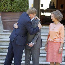 Guillermo Alejandro de Holanda abraza al Rey Juan Carlos en Zarzuela