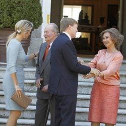 Los Reyes de España saudan a los Reyes de Holanda en Zarzuela