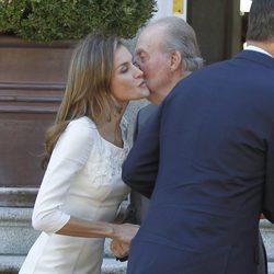 La Princesa Letizia besa al Rey Juan Carlos en el almuerzo ofrecido a los Reyes de Holanda