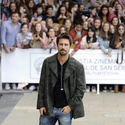Hugo Silva a su llegada al Festival de San Sebastián 2013