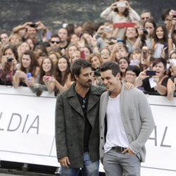Hugo Silva y Mario Casas, muy cómplices en el Festival de San Sebastián 2013
