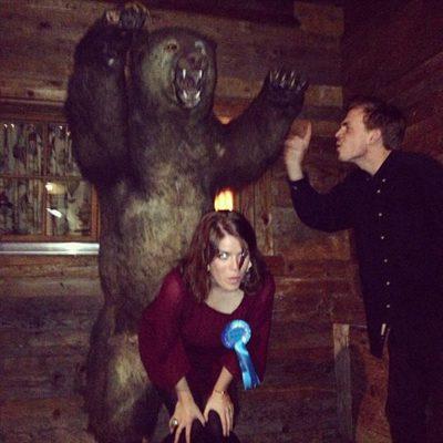 Eugenia de York y Harry Wentworth-Stanley hacen el tonto con un oso disecado