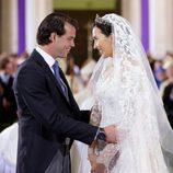 Félix de Luxemburgo y Claire Lademacher se dedican una tierna mirada en su boda religiosa