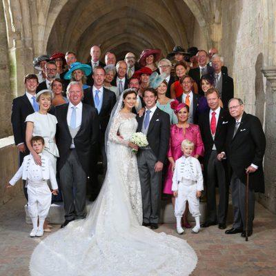 Félix de Luxemburgo y Claire Lademacher posan con sus familias tras su boda religiosa