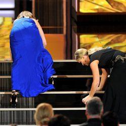Tina Fey y Amy Poehler tropiezan al subir al escenario de los Emmy 2013