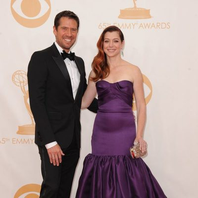Alexis Denisof y Alyson Hannigan en la alfombra roja de los Emmy 2013